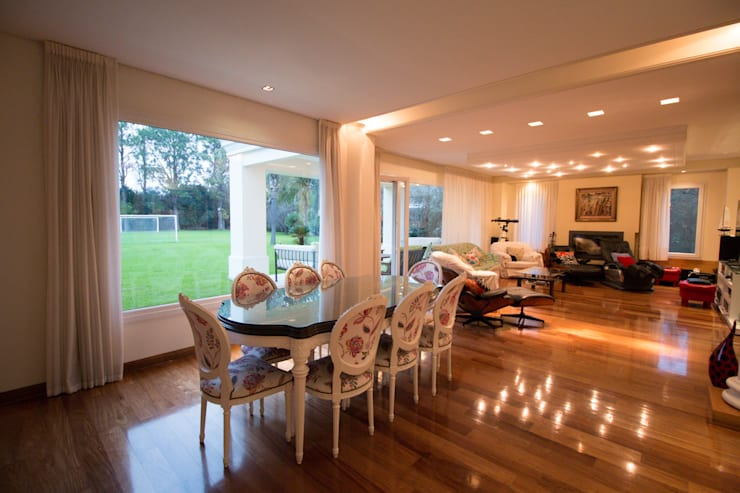 Eclectic style dining room by Luis Barberis Arquitectos Eclectic Solid Wood Multicolored