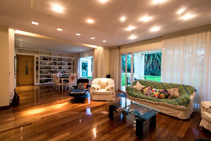 ห้องนั่งเล่น โดย Luis Barberis Arquitectos, ผสมผสาน ไม้จริง Multicolored
