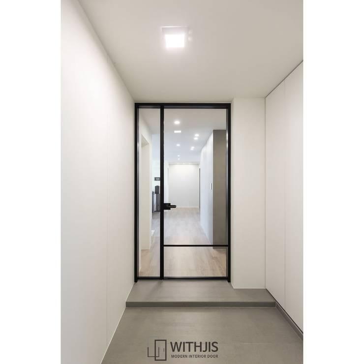 Koridor & Tangga Modern Oleh WITHJIS(위드지스) Modern Aluminium/Seng
