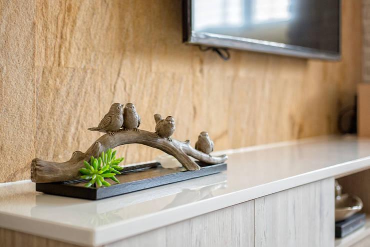 自然質樸-翊盛新天地:  走廊 & 玄關 by 富亞室內裝修設計工程有限公司