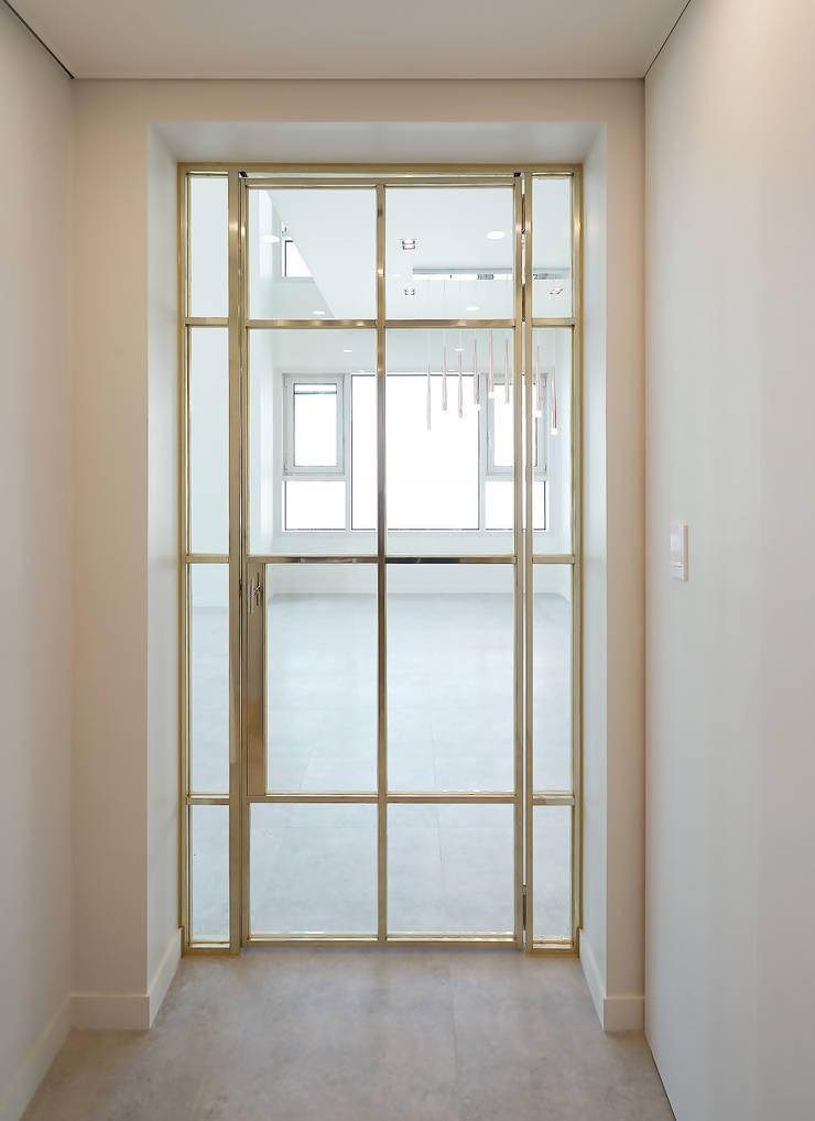 복층 펜트하우스 인테리어: 디자인 아버의  문,