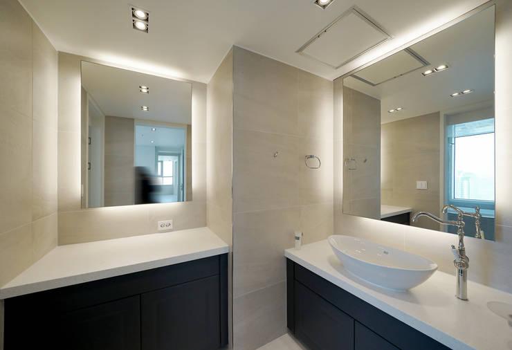 복층 펜트하우스 인테리어: 디자인 아버의  욕실,