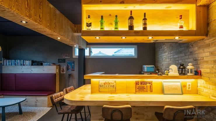 interior by INARK 포항 청하면 펜션 올 리모델링 대구 협소주택,  상가주택 인아크 건축 설계 인테리어 디자인: inark [인아크 건축 설계 디자인]의  작은 주방,