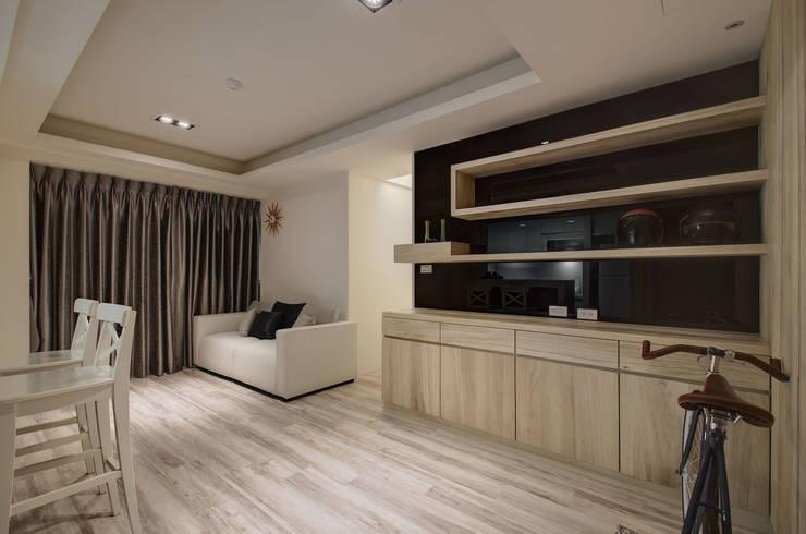 自然樸質:  客廳 by 邑舍室內裝修設計工程有限公司