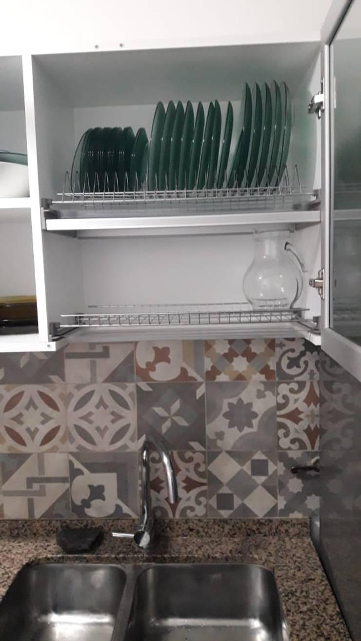 Cocina - Cambio de azulejos y alacena para platos: Cocinas de estilo  por A3 arquitectas - Salta,