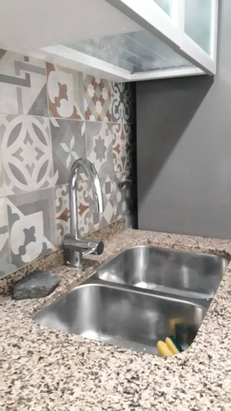 Reforma de cocina - Grifería: Cocinas de estilo  por A3 arquitectas - Salta,