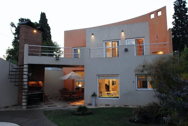 Casa AGC: Casas unifamiliares de estilo  por Luis Barberis Arquitectos,