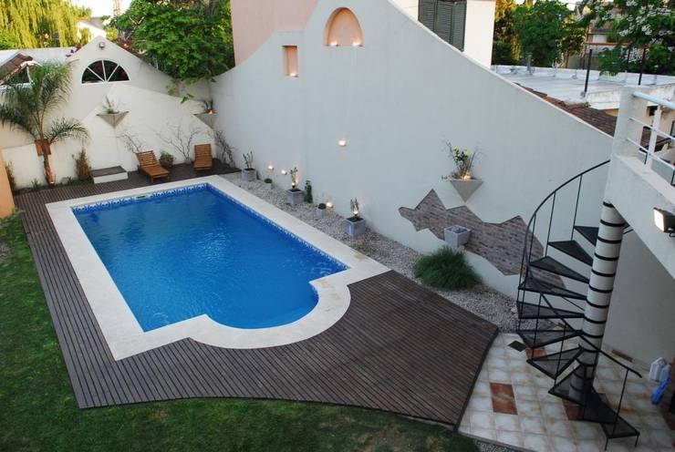 Casa AGC: Piletas de jardín de estilo  por Luis Barberis Arquitectos,