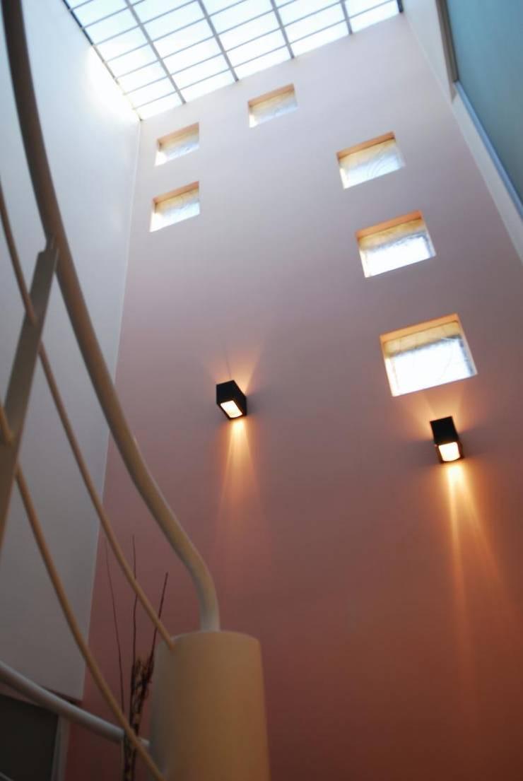 Casa AGC: Pasillos y recibidores de estilo  por Luis Barberis Arquitectos,