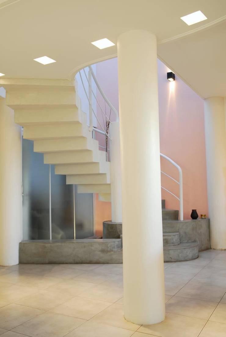 Casa AGC: Escaleras de estilo  por Luis Barberis Arquitectos,