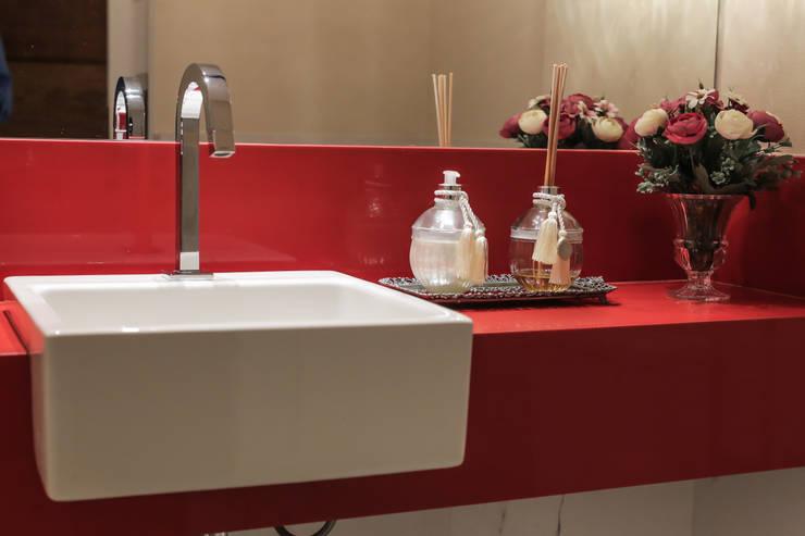 Baños de estilo  por Myrtes Henrique Arquitetura Personalizada