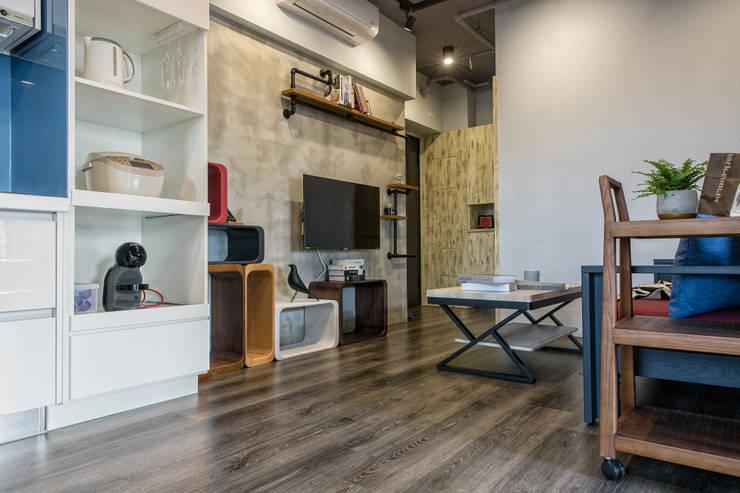 自我的個性表答不受約束的心靈-公園1號:  牆面 by 富亞室內裝修設計工程有限公司