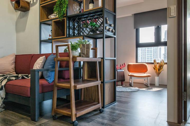自我的個性表答不受約束的心靈-公園1號:  客廳 by 富亞室內裝修設計工程有限公司