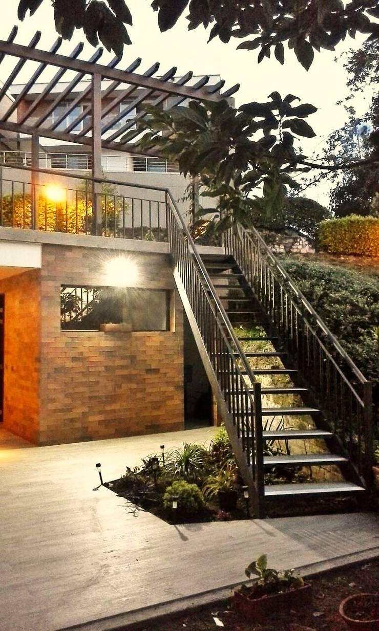 CONEXIÓN DE JARDINES: Escaleras de estilo  por BICHO arquitectura