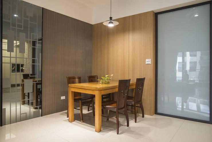 退休養老好宅好優閒-竹城新東京:  餐廳 by 富亞室內裝修設計工程有限公司
