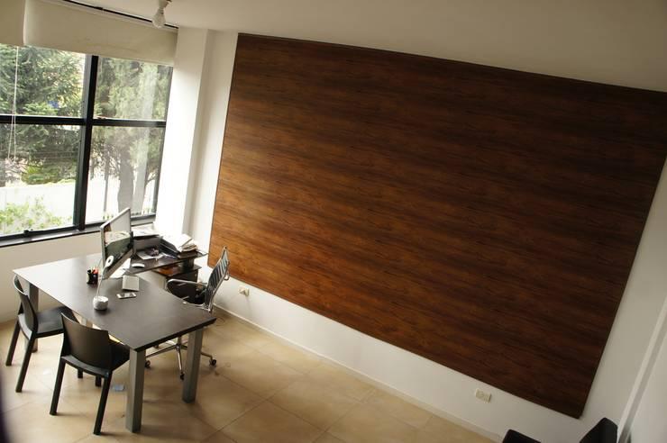 Pared con machimbre de PVC Modernia - Modelo símil cedro liso: Oficinas y locales comerciales de estilo  por Modernia PVC,