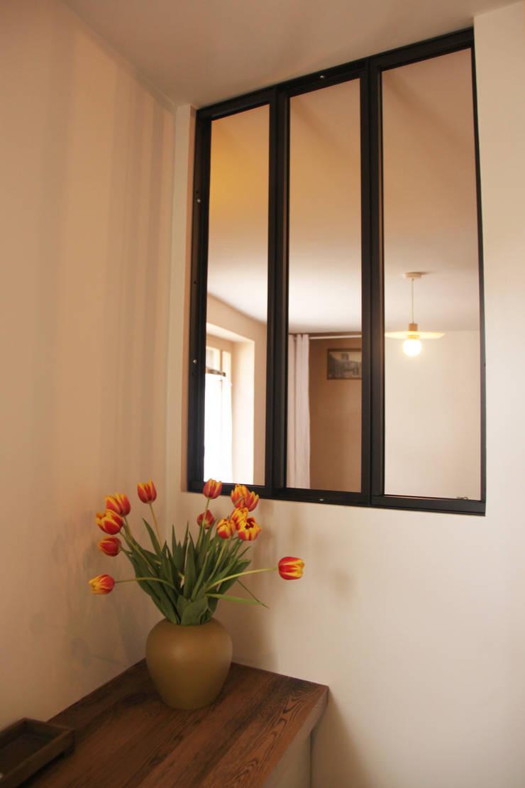 Pasillos, vestíbulos y escaleras rústicos de Koya Architecture Intérieure Rústico Vidrio
