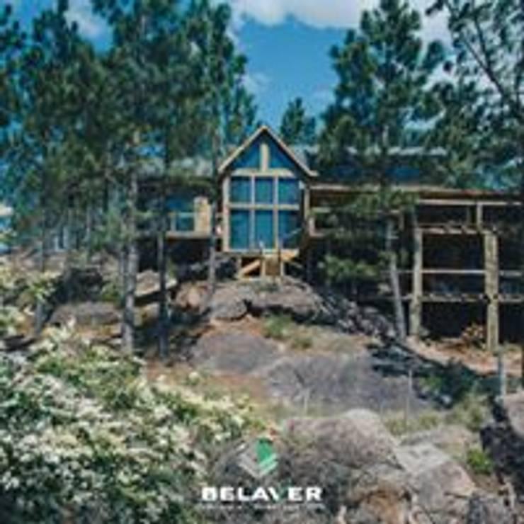 Construcciones de cabañas en tronco: Shoppings y centros comerciales de estilo  por Constructora Belaver,