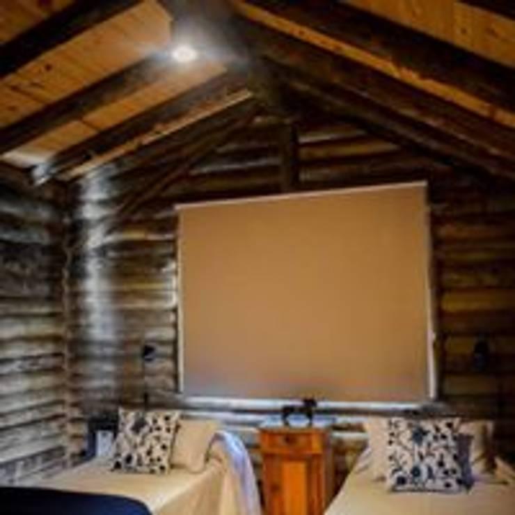 Construcciones de cabañas en tronco: Hoteles de estilo  por Constructora Belaver,