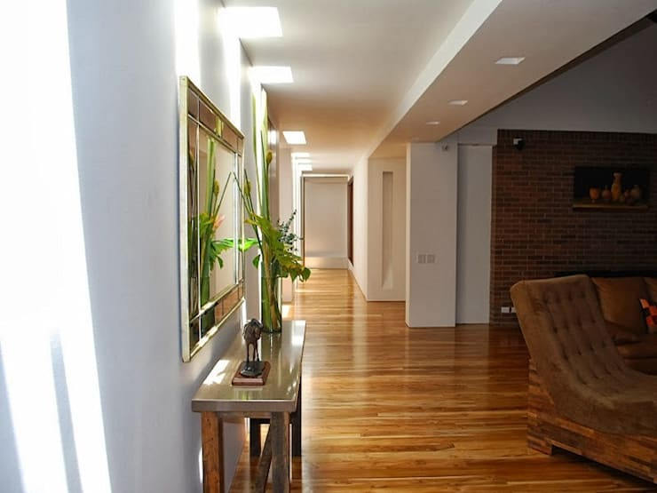 Lobby de acceso a la Zona Privada: Salas de estilo  por diseño con estilo ... sas, Minimalista