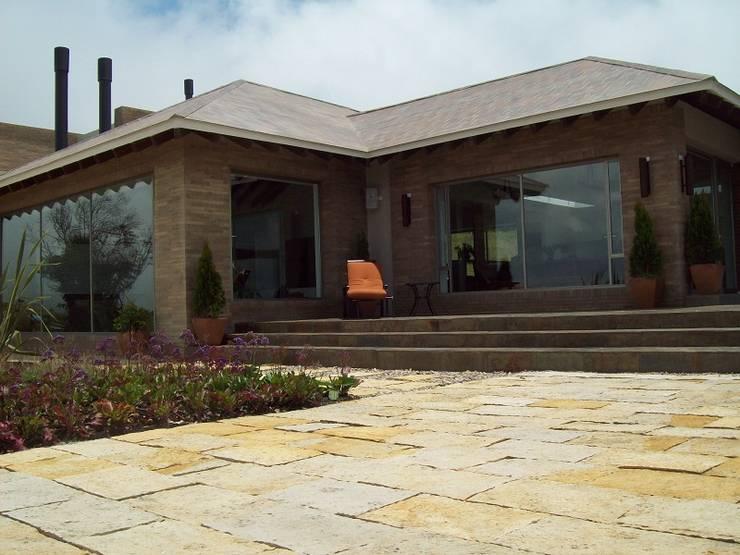 Fachada Zona Social, en Comedor y Sala: Casas unifamiliares de estilo  por diseño con estilo ... sas, Minimalista