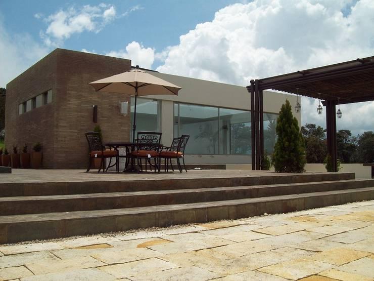 Fachada Zona Piscina - Jacuzzi: Casas campestres de estilo  por diseño con estilo ... sas, Minimalista