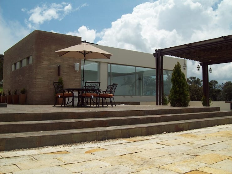 Fachada Zona Piscina - Jacuzzi: Casas campestres de estilo  por diseño con estilo ... sas