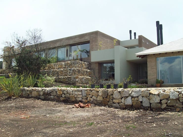 Fachada de la Zona Privada y el Estudio: Casas unifamiliares de estilo  por diseño con estilo ... sas, Minimalista