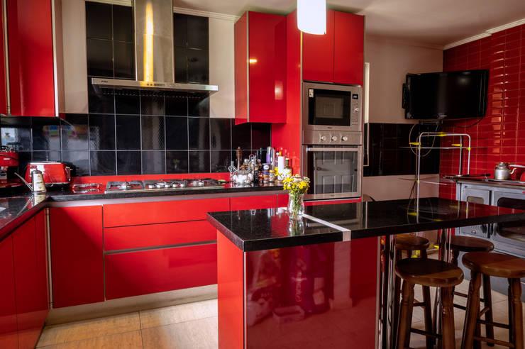 Interior cocina: Cocinas de estilo  por casa rural - Arquitectos en Coyhaique