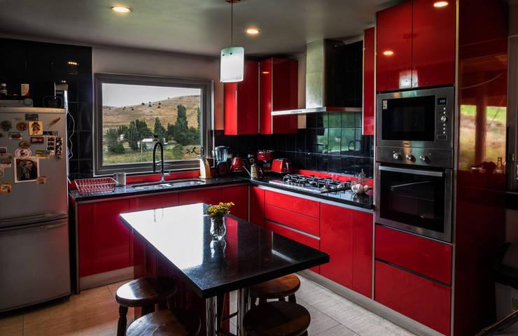 Interior cocina 2: Cocinas equipadas de estilo  por casa rural - Arquitectos en Coyhaique