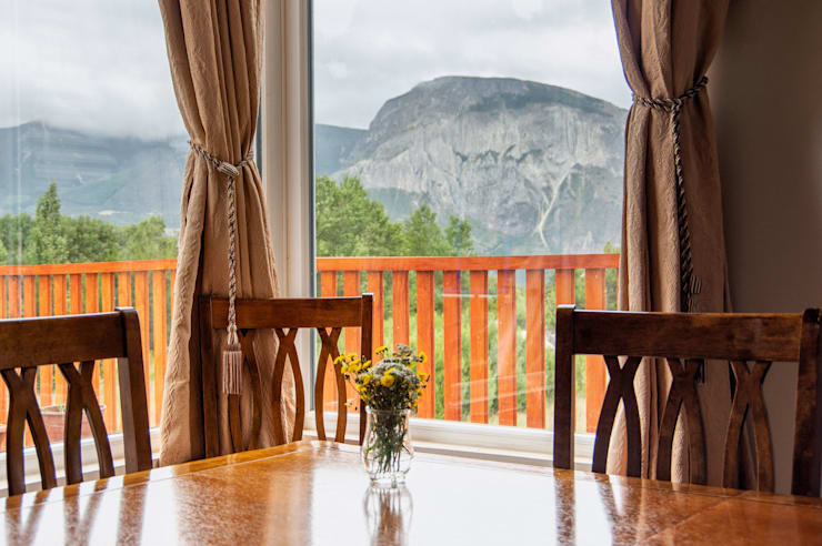 Comedor mirando al cerro Mackay: Comedores de estilo  por casa rural - Arquitectos en Coyhaique