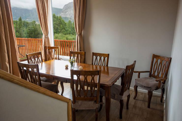 Comedor en desnivel: Comedores de estilo  por casa rural - Arquitectos en Coyhaique