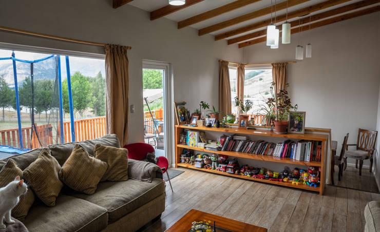 El Living: Livings de estilo  por casa rural - Arquitectos en Coyhaique