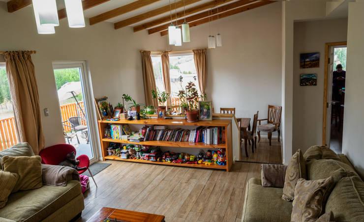 Mirando al comedor en desnivel: Livings de estilo  por casa rural - Arquitectos en Coyhaique