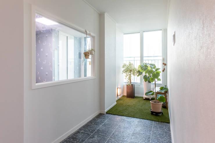 아이방과 연결되는 현관 앞을 실내정원으로 꾸몄다. : 디자인 서연 의  실내 정원,