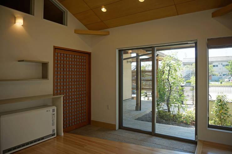 ~深い軒の外部空間を楽しむ『平屋の大屋根の美しい家』: 西薗守 住空間設計室が手掛けたです。