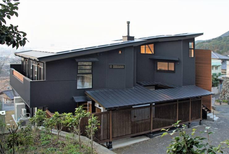 ~山に抱かれた暮らしを楽しむ『自然の潤いと共に暮らす家』: 西薗守 住空間設計室が手掛けた二世帯住宅です。,