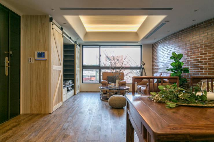 懷舊復古風-看見不一樣的風格與靈魂-全坤峰華:  客廳 by 富亞室內裝修設計工程有限公司
