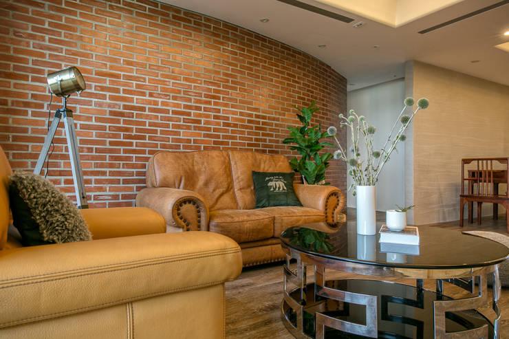 懷舊復古風-看見不一樣的風格與靈魂-全坤峰華:  牆面 by 富亞室內裝修設計工程有限公司