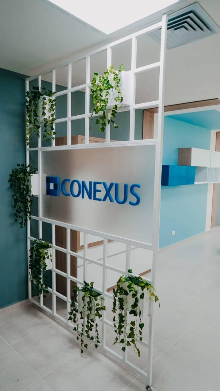Diseño comercial Conexus: Centros de exhibiciones de estilo  por TICKTO STUDIO, Ecléctico