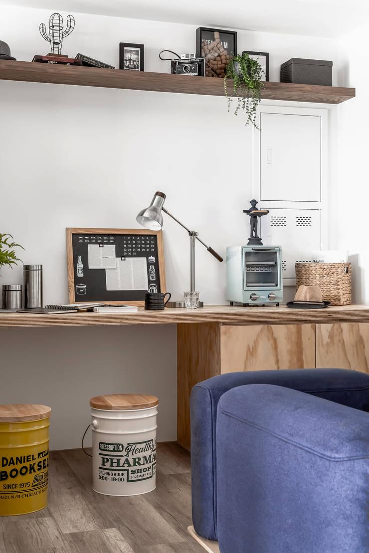 豆米屋:  客廳 by 寓子設計