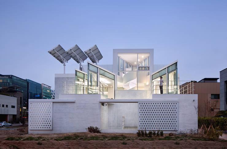 후면: 건축연구소.유토 UTOlabs의  일세대용 주택