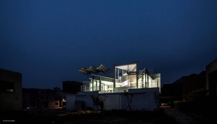 야경: 건축연구소.유토 UTOlabs의  일세대용 주택