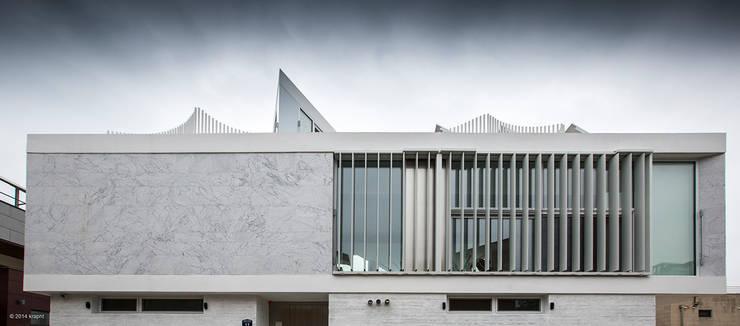 정면: 건축연구소.유토 UTOlabs의  일세대용 주택