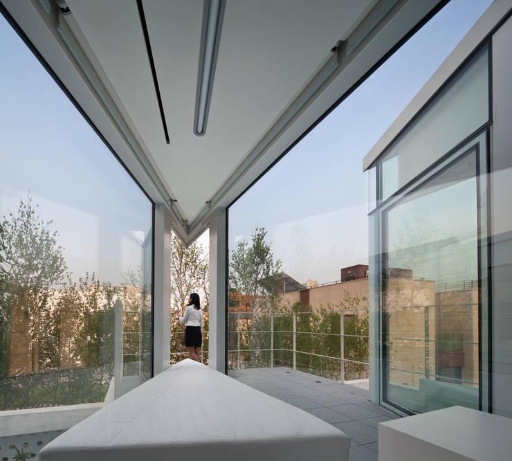 거실창: 건축연구소.유토 UTOlabs의  거실