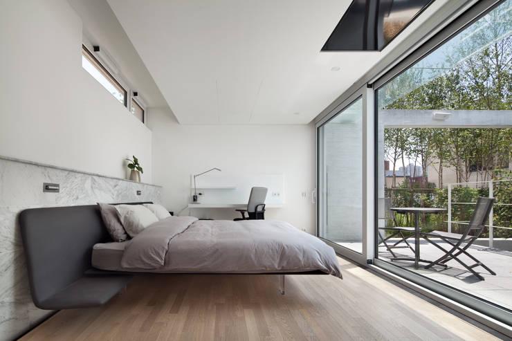 침실과 안마당: 건축연구소.유토 UTOlabs의  침실