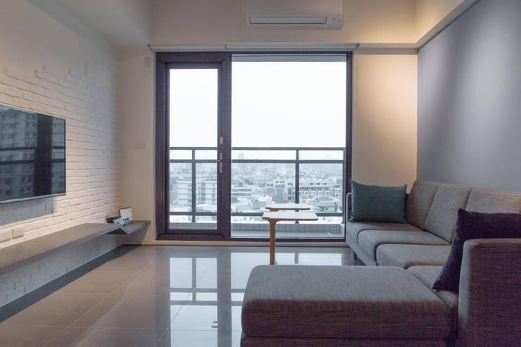 人與光線的親密關係,當陽光不經意的灑落窗前,才發現原來人與光的距離是如此貼近-竹北上選:  客廳 by 富亞室內裝修設計工程有限公司