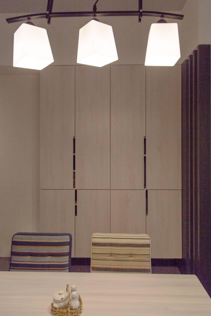 人與光線的親密關係,當陽光不經意的灑落窗前,才發現原來人與光的距離是如此貼近-竹北上選:  餐廳 by 富亞室內裝修設計工程有限公司