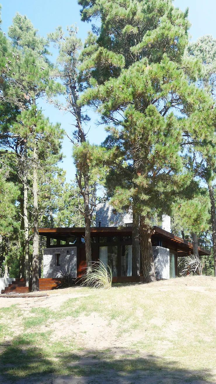 Casa Mar de las Pampas: Casas pequeñas de estilo  por CRF Arquitectos,
