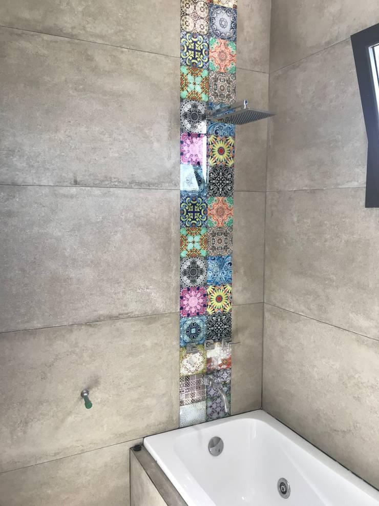 CASA LA BASTILLA M5: Baños de estilo  por MABEL ABASOLO ARQUITECTURA,